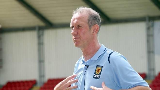 Schottlands Juniorencoach Billy Stark erfuhr während eines Spiels von seinem positiven Corona-Test