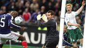 Ein Tor sorgt für einen Schrei der Entrrüstung: William Gallas (l.) köpft Frankreich in der Verlängerung gegen Irland zur WM 2010. Und das, obwohl...