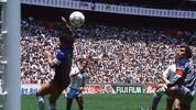 Diese Fehlentscheidung ist so legendär, dass sie sogar einen eigenen Namen hat: Die Hand Gottes. Mit ihr brachte Diego Maradona bei der WM 1986 die Argentinier gegen England ins Halbfinale