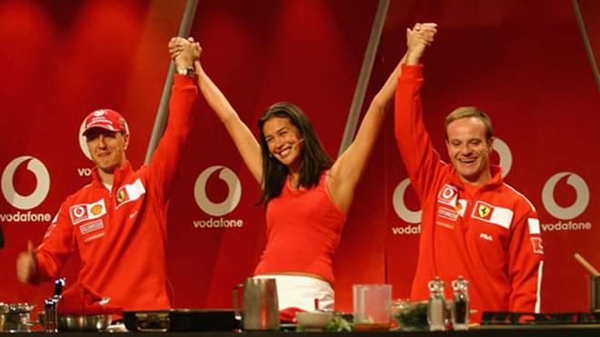 Zusammen mit dem zweiten Piloten Rubens Barrichello (r., in der Mitte das australische Top-Model Megan Gale) gewann Ferrari fünf Mal den Konstrukteurs-Titel.