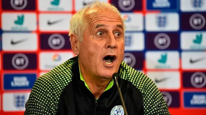 Kosovos Trainer Bernard Challandes ist schon vor dem Spiel gegen England Feuer und Flamme