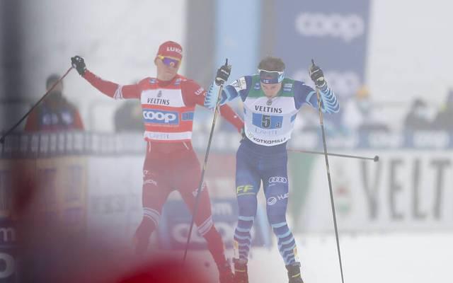 Alexander Bolshunov (l.) verlor die Beherrschung und schlug mit dem Stock nach dem Finnen Joni Mäki