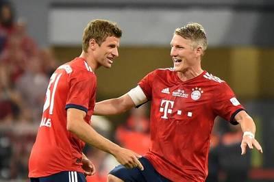 Bastian Schweinsteiger gastiert in München und kauft ein Bayern-Präsent. Thomas Müller scherzt anschließend über den Inhalt.
