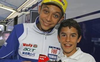 Damals Star und Fan, heute Fahrer-Kollegen: Teenager Marc macht schon früh Bekanntschaft mit den Größen der Motorsport-Welt - hier mit keinem geringeren als Valentino Rossi (Copyright: Facebook/Marc Marquez)