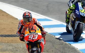 In Kindheitstagen war Valentino Rossi das große Vorbild - heute ist der Italiener ein Konkurrent auf der Strecke. Und da kennt Marquez keine Freunde. 2013 überholt er ihn in Laguna Seca in der berüchtigten Corkscrew, fährt anschließend über einen Gullidec