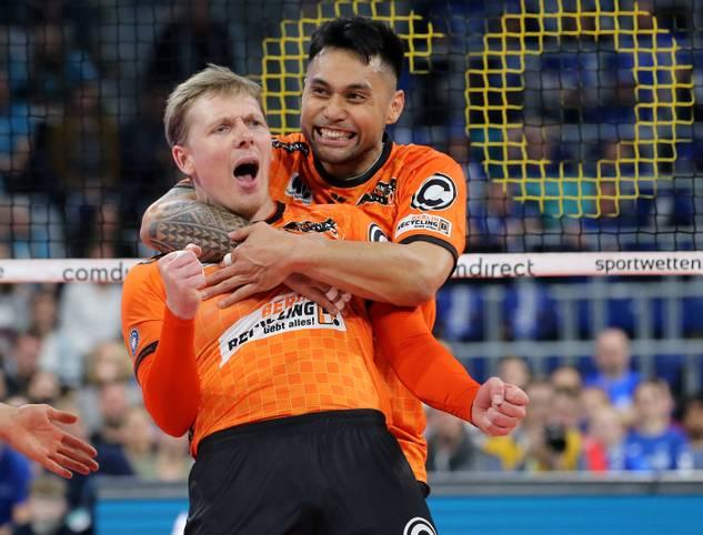 Die BERLIN RECYCLING Volleys sind in der Volleyball-Bundesliga auf dem besten Weg zu einer perfekten Saison ohne Niederlage. Mit dem Sieg bei den Volleyball Bisons Bühl feiert das Team den 20. Sieg im 20. Saisonspiel