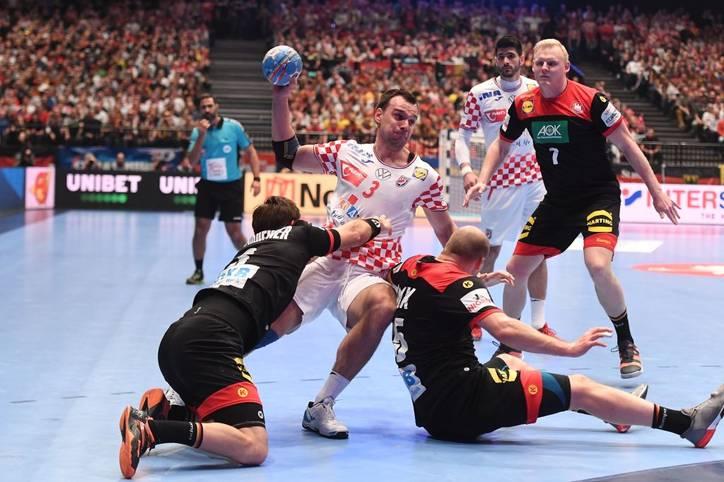 Die deutschen Handballer verlieren im Kracherduell gegen Kroatien und haben somit nur noch eine theoretische Chance auf das Erreichen des Halbfinales. Nach dem Spiel waren die Gesichter der Spieler versteinert, auf der Platte haben die DHB-Cracks alles reingeworfen - ein Rückraumspieler wird aber zum Pechvogel. SPORT1 nimmt die deutschen Spieler in der Einzelkritik unter die Lupe