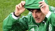 Warm anziehen heißt es für Jogi Löw! Der Bundestrainer und die DFB-Elf treten am Abend in der WM-Qualifikation auf den Färöer-Inseln an. Auf den Schafsinseln kann nicht nur das Wetter unangenehm sein, wie die Nationalmannschaft bereits im Sommer 2003 beim letzten Besuch feststellen musste