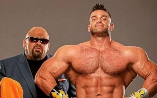 Legende Taz (l.) ist bei AEW Manager von Muskelpaket Brian Cage