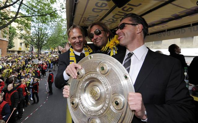 Hans-Joachim Watzke, Jürgen Klopp und Michael Zorc mit der 2011 gewonnenen Meisterschale