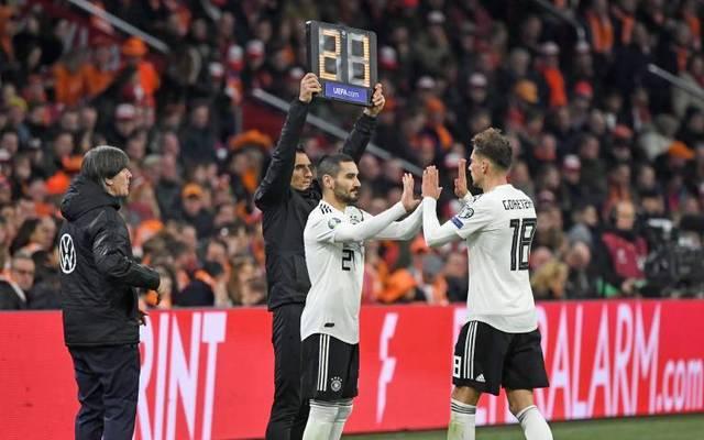 Bundestrainer Joachim Löw (l.) forderte die UEFA auf, an fünf Wechseln festzuhalten