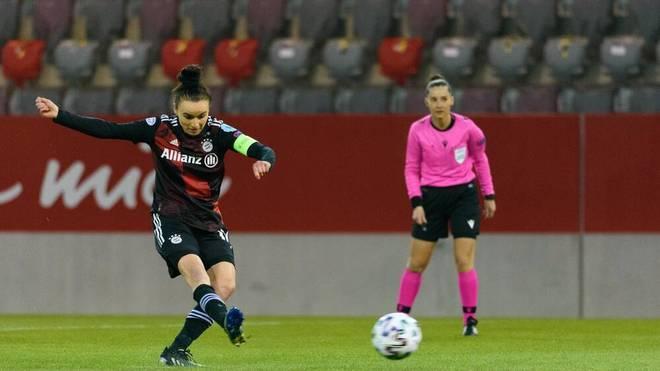 Lina Magull tritt zum Elfmeter für den FC Bayern an