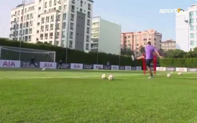Tottenham-Coach Mauricio Pochettino zeigt seine Freistoß-Skills