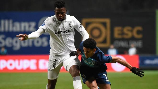 Edmond Tapsoba (l.) startete 2018 seine Profikarriere bei Vitoria Guimaraes B