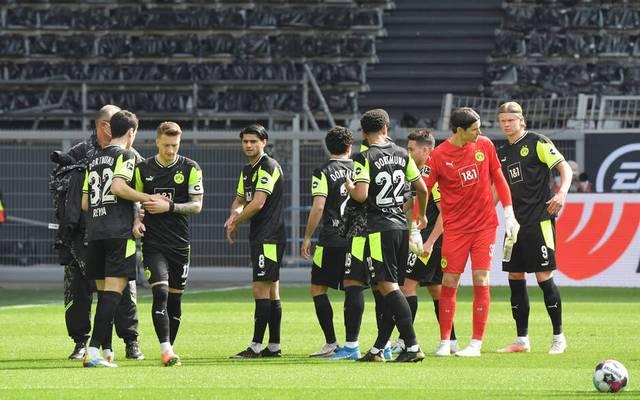 Die Spieler des BVB in den Sondertrikots vor dem Anpfiff gegen Werder Bremen