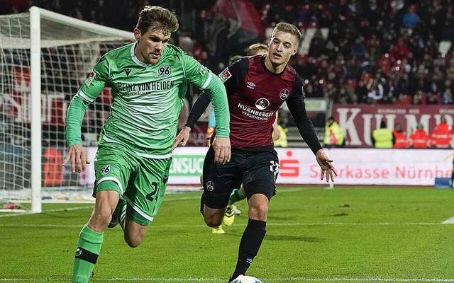 Sebastian Jung (l.) spielte zuletzt für Hannover 96