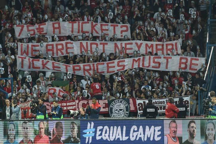 Fans des FC Bayern bringen ihren Unmut über die Ticketpreise in Paris zum Ausdruck. SPORT1 zeigt die besten Bilder des zweiten Champions-League-Spieltags
