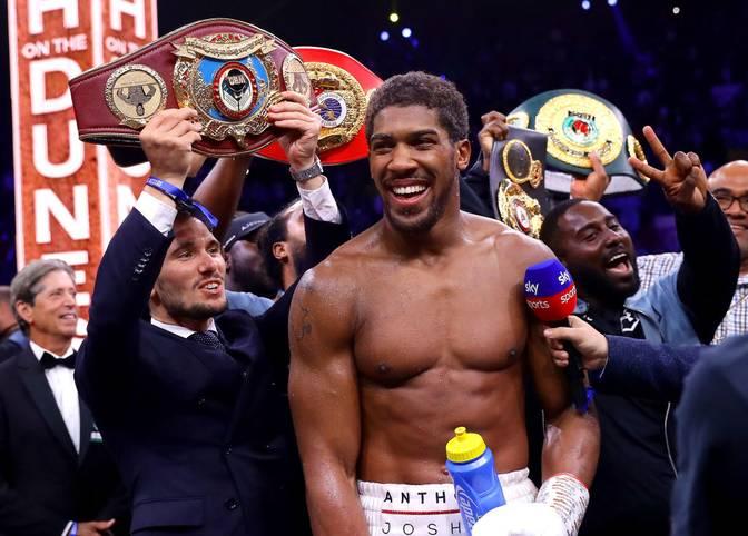 """Anthony Joshua ist wieder Schwergewichts-Weltmeister der Verbände WBA, IBF, WBO und IBO. Der Engländer besiegte im mit Spannung erwarteten Rematch Andy Ruiz Jr. nach einem überlegen geführten Kampf klar nach Punkten. SPORT1 zeigt die besten Bilder des """"Clash on the Dunes"""""""