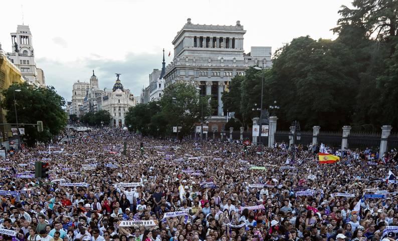 Madridistas so weit das Auge reicht: Die Anhänger von Real Madrid bereiten dem alten und neuen Titelträger der Champions League bei der Rückkehr in die Heimat einen überwältigenden Empfang. SPORT1 zeigt die Bilder