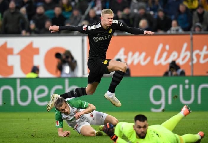 Besser hätte es für Erling Haaland in seinem ersten Spiel für Borussia Dortmund kaum laufen können. Als Joker drehte der 19-Jährige mit einem Dreierpack praktisch im Alleingang die Partie in Augsburg und machte aus einem 1:3 ein 5:3
