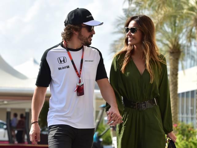 Der Urlaub rückt näher. Fernando Alonso kommt mit Freundin Lara Alvares völlig entspannt zum letzten Saisonrennen in Abu Dhabi. Wird es sein vorerst letztes für McLaren sein? In den letzten Tagen machten Meldungen die Runde, wonach er über eine einjährige Auszeit nachdenkt