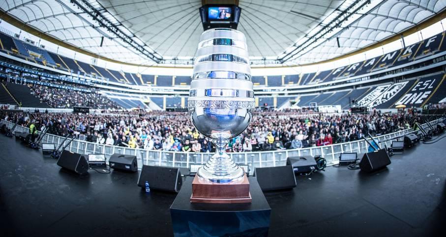 Die Commerzbank Arena in Frankfurt war 2014 voll mit eSports begeisterten Leuten, die darauf warteten, den Sieger dieser Trophäe zu sehen
