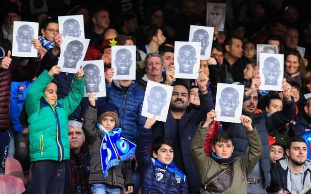 Fans des SSC Neapel setzen sich für Kalidou Koulibaly ein, der im Spiel zuvor rassistisch beleidigt wird