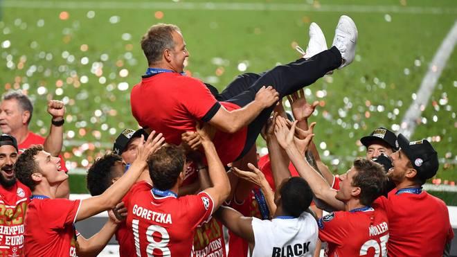 Hansi Flick wird nach dem Triumph von seinen Spielern gefeiert