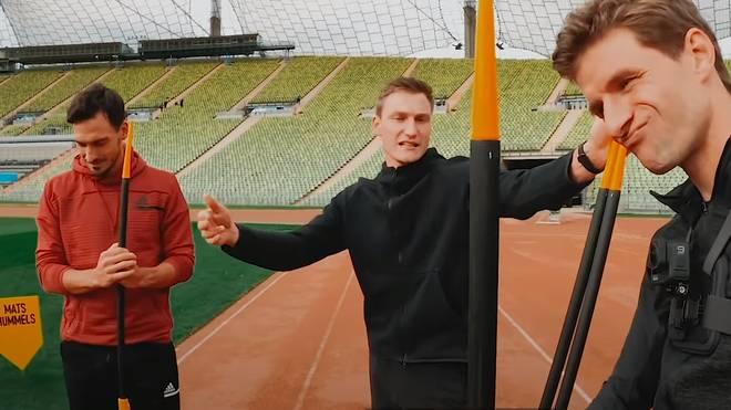 Thomas Röhler (Mitte) erklärt Thomas Müller (r.) und Mats Hummels das Speerwerfen