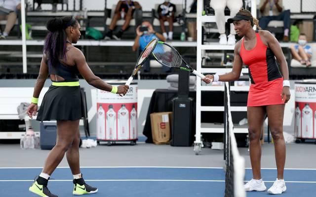 Venus Williams (r.) gratulierte ihrer Schwester Serena zum Sieg