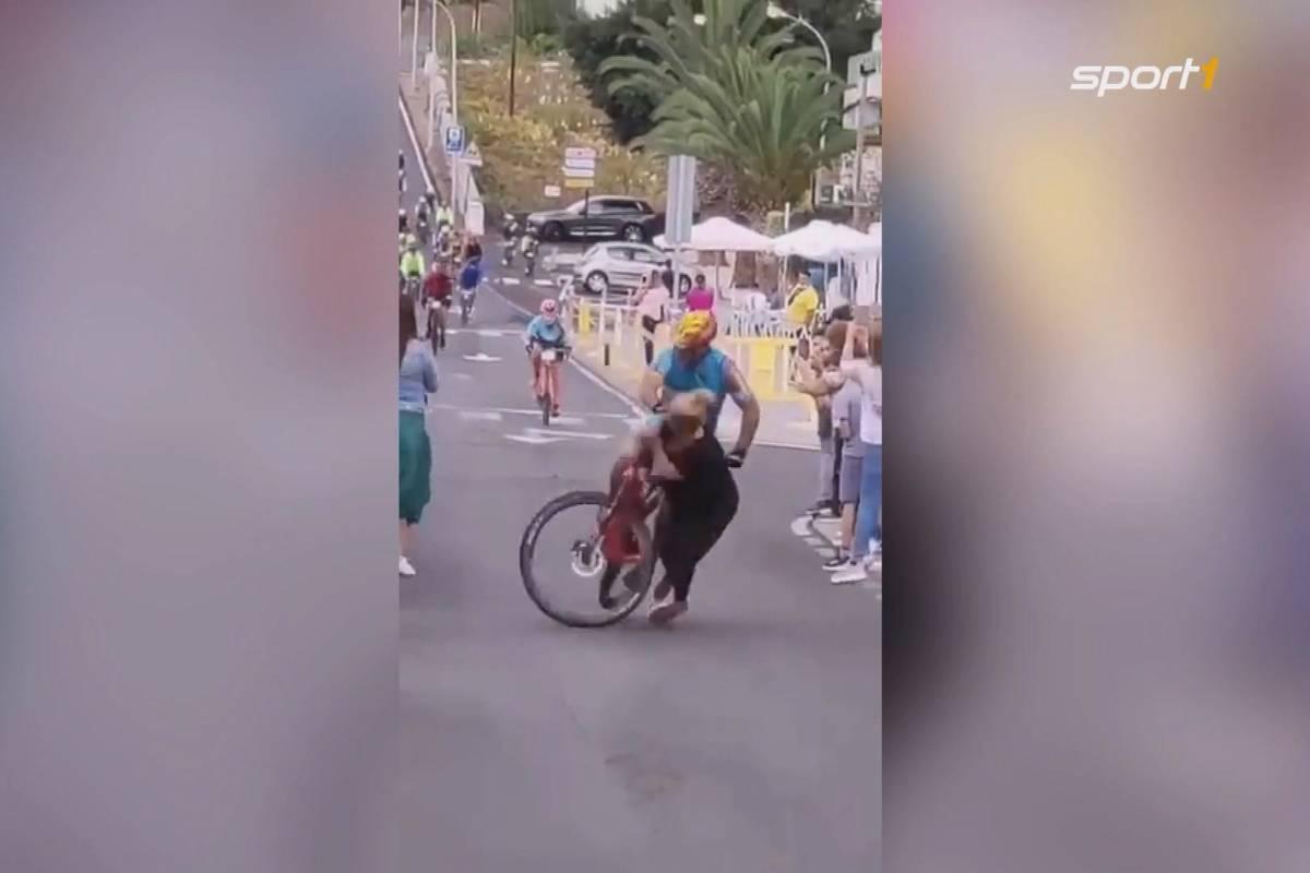 Bei einem Radrennen auf der spanischen Insel El Hierro kommt es zu einem fatalen Zusammenstoß zwischen einem Fahrer und einer Zuschauerin. Die Anwesenden sind geschockt.