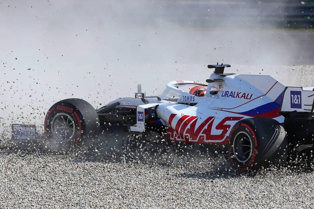 In der Formel 1 kommt es zwischen Nikita Mazepin und Mick Schumacher immer wieder zu Problemen. Ex-Pilot Ralf Schumacher ist sich sicher, dass der junge Russe noch überfordert ist.