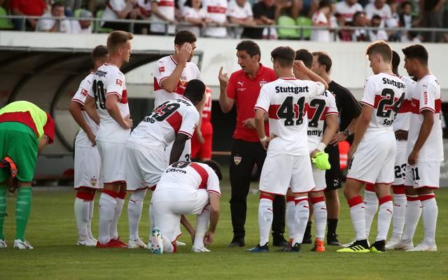 VfB-Trainer Tayfun Korkut gab seinen Spielern Anweisungen