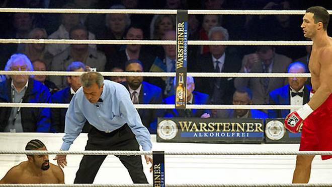 """Der """"Hayemaker"""" wird vom Ringrichter angezählt, hält aber doch die volle Distanz durch. Klitschko siegt klar nach Punkten und knöpft seinem Gegner auch den WBA-Titel ab, Haye gibt an, er sei am rechten Fuß und an der Hand verletzt gewesen"""