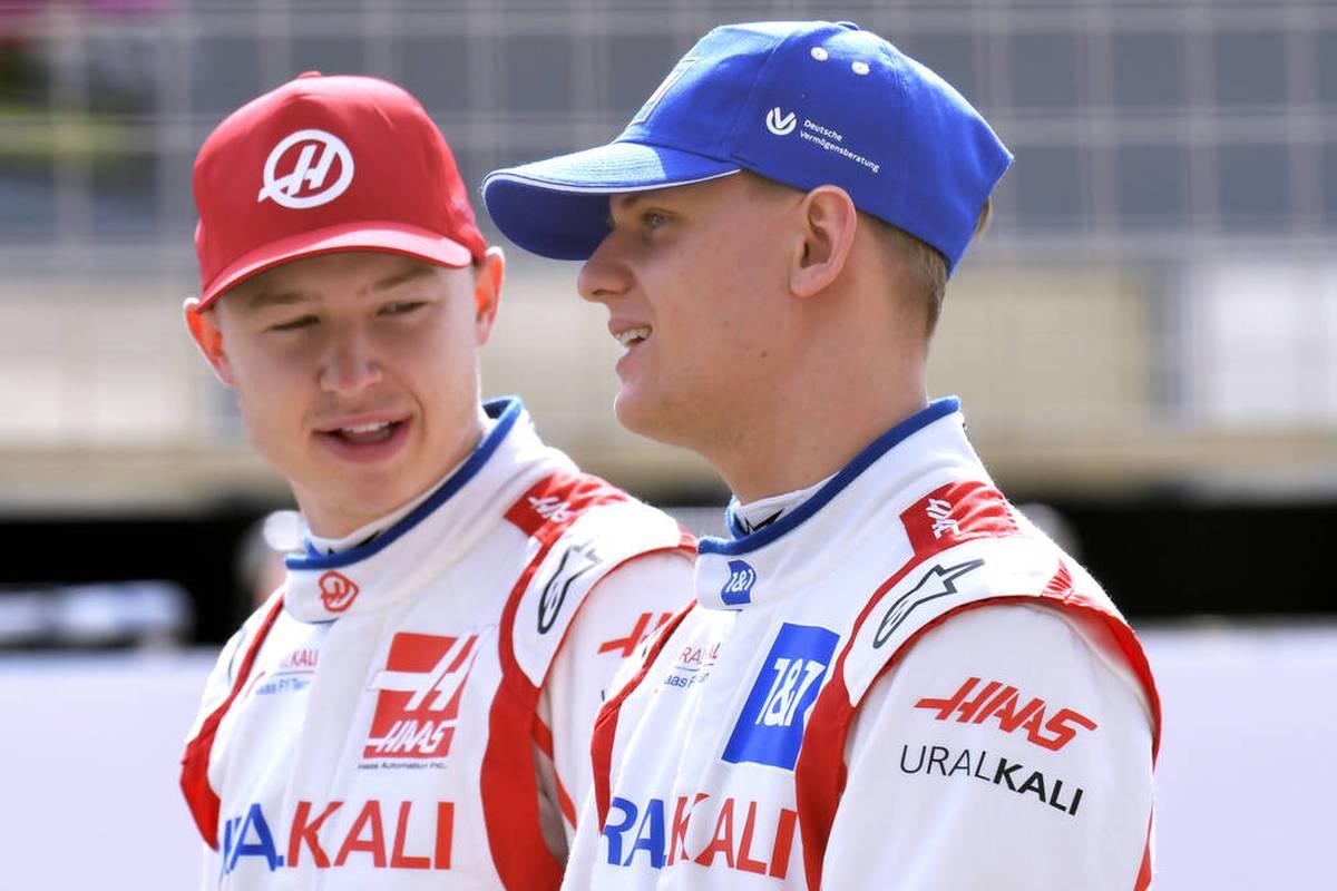 Mick Schumacher und Nikita Mazepin fahren auch 2022 als Teamkollegen bei Haas gegeneinander und geben vor, sich nach ihren Reibereien wieder lieb zu haben.