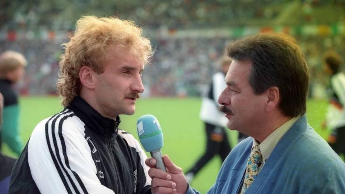 Nationalspieler Rudi Völler (li., Deutschland) wird 1994 von Waldemar Hartmann interviewt
