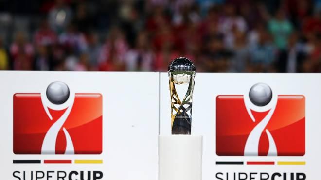 Der Supercup-Pokal vor einer Bande
