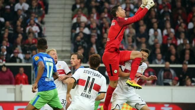 Christian Genter wird nach einem Zusammenstoß mit Wolfsburgs Keeper verletzt