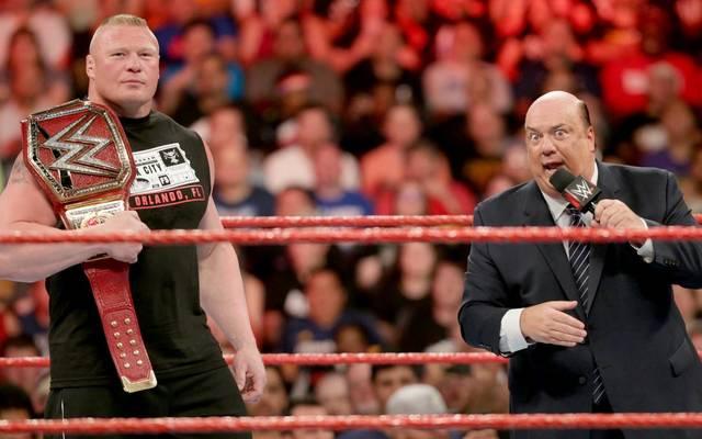 Brock Lesnar (l., mit Manager Paul Heyman) hält seit Wrestlemania 33 den Universal-Titel