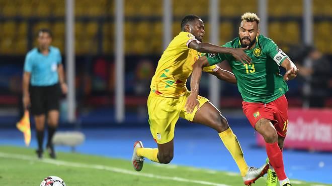 Eric Maxim Choupo-Moting (r.) hat sich mit Kamerun fürs Afrika-Cup-Achtelfinale qualifiziert