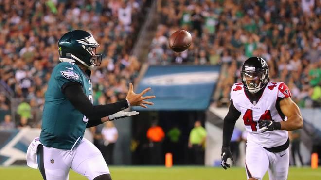 Nick Foles (r.) fing beim Sieg seiner Philadelphia Eagles gegen die Atlanta Falcons erneut einen Pass