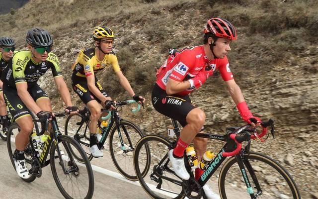 Primoz Roglic (r.) führt in der Gesamtwertung