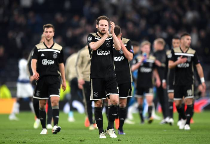 Ajax Amsterdam schafft sich durch ein 1:0 im Halbfinal-Hinspiel bei den Tottenham Hotspur eine gute Ausgangsposition für den Einzug ins Finale. Die internationale Presse feiert die Elf der Niederländer. SPORT1 zeigt die internationalen Pressestimmen