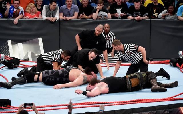 Braun Strowman (r.) und Big Show ließen bei Monday Night RAW den WWE-Ring kollabieren