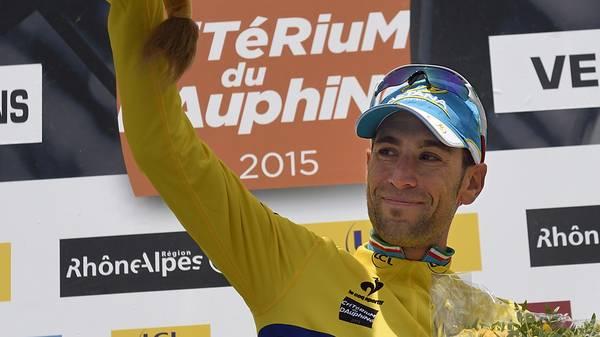 Vincenzo Nibali feiert einen Sieg im gelben Trikot