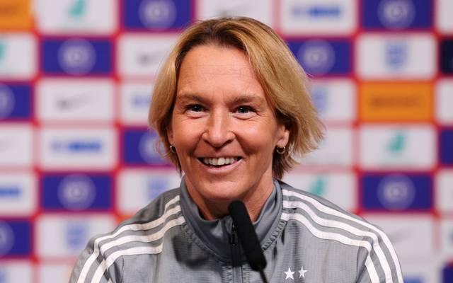 DFB-Bundestrainerin Martina Voss-Tecklenburg spricht über Bezahlung im Frauen-Fußball.