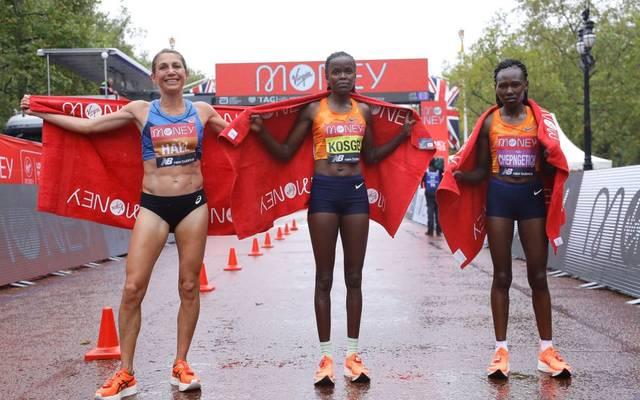 Brigid Kosgei (M.) gewann den London Marathon, Sara Hall (l.) wurde überraschend Zweite vor Ruth Chepngetich