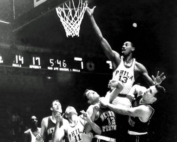 """Wilt Chamberlain (oben) ist einer der spektakulärsten und dominantesten Spieler, den es jemals im Basketball gab. Am 2. März 1962 gelingt ihm ein Rekord, den wohl nie ein NBA-Spieler knacken wird: """"Wilt the Stilt"""" erzielt 100 der 169 Punkte seiner Philadelphia Warriors im Spiel gegen die New York Knicks"""