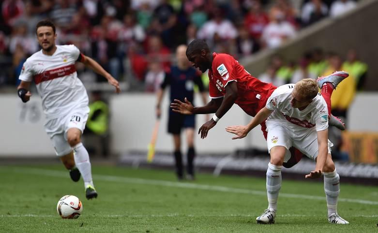 Stuttgarts Timo Baumgartl lässt den neuen Kölner Stürmer Anthony Modeste hüpfen: Im letzten Spiel des ersten Bundesliga-Wochenendes der neuen Saison geht es gleich intensiv zur Sache