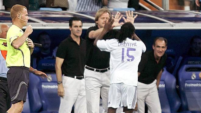 Royston Drenthe feiert sein traumhaftes Debüt-Tor für Real Madrid mit dem damaligen Trainer Bernd Schuster